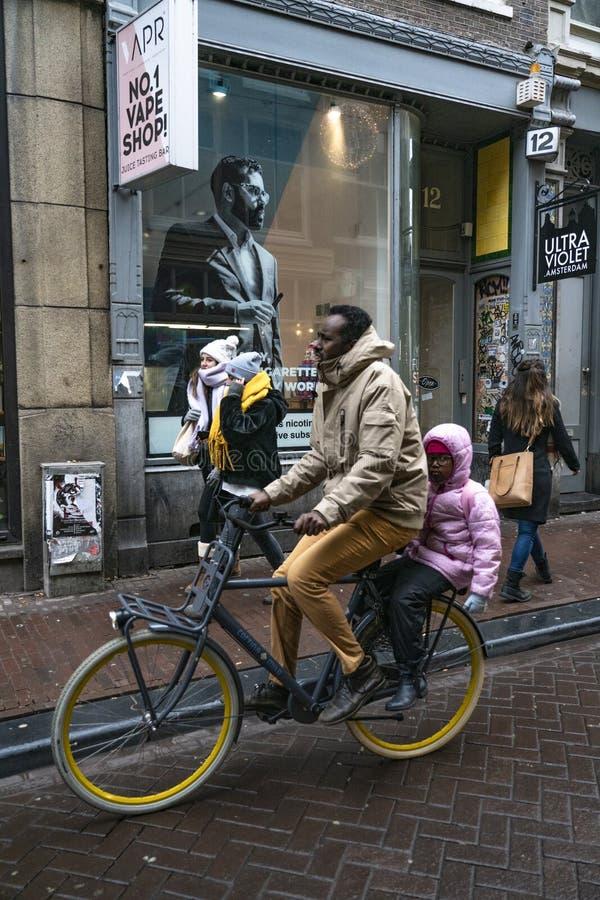 Amsterdam mężczyzna z jego synem w bicyklu obrazy royalty free