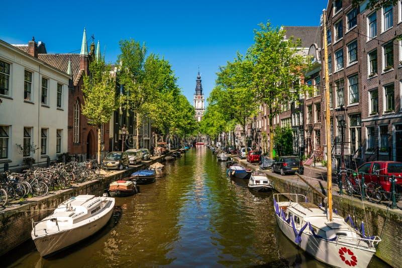 Amsterdam Maj 7 2018 - sikt på den fyllda groenburgwal kanalen arkivfoton