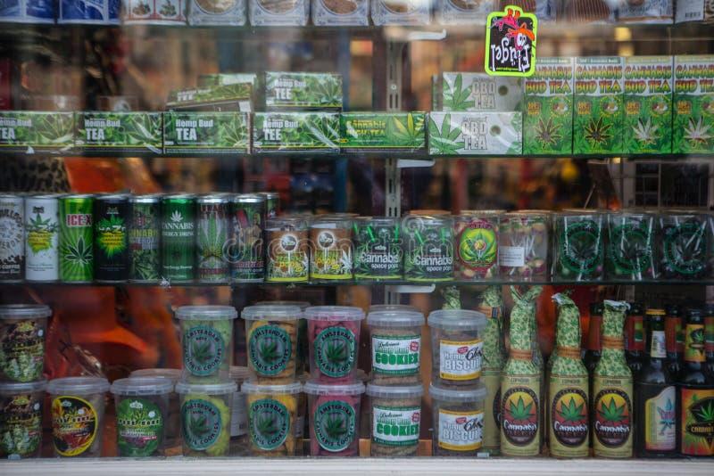 AMSTERDAM - MEI 13: Suikergoed en koekjes met marihuana voor verkoop in coffeeshop op 13 Mei royalty-vrije stock foto