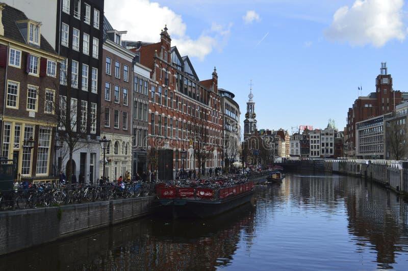 Amsterdam mit Booten auf Kanal in Holland stockfoto