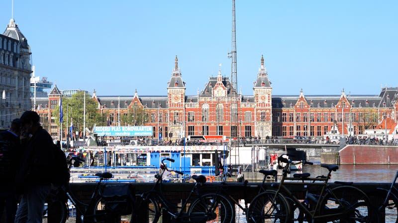 Amsterdam Nederländerna - 3 April 2017: Amsterdam huvudsaklig station el royaltyfria bilder