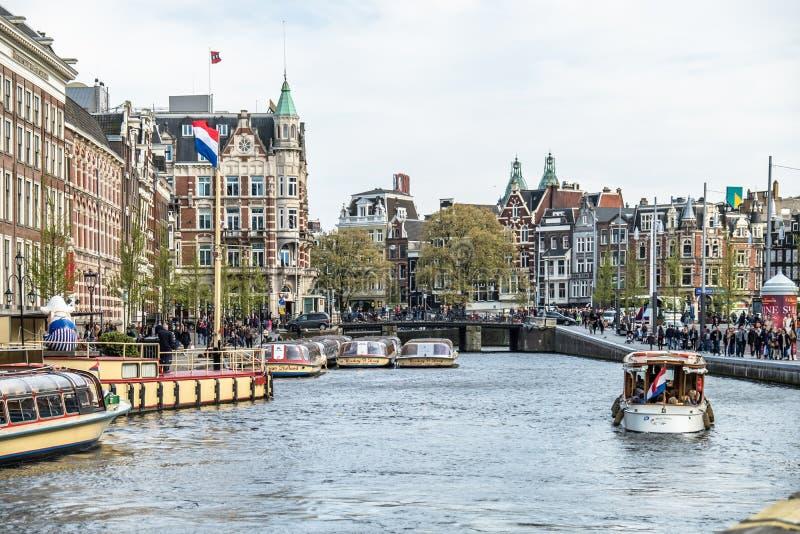 Amsterdam Nederländerna - April 31, 2017: Fartyg som kör på kanalerna av Amterdam arkivbild