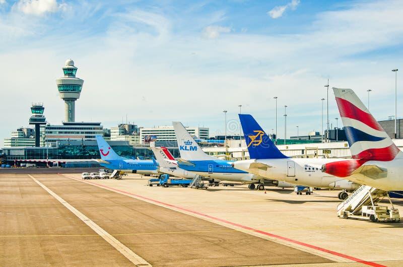 Amsterdam Nederländerna - April 11, 2012 Flygplan som parkeras på den Schiphol flygplatsen royaltyfri bild