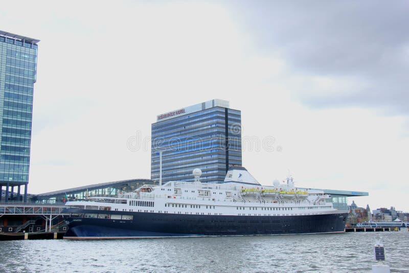 Amsterdam Nederländerna - April, 27th 2017: Astoria kryssning & maritima resor arkivbilder