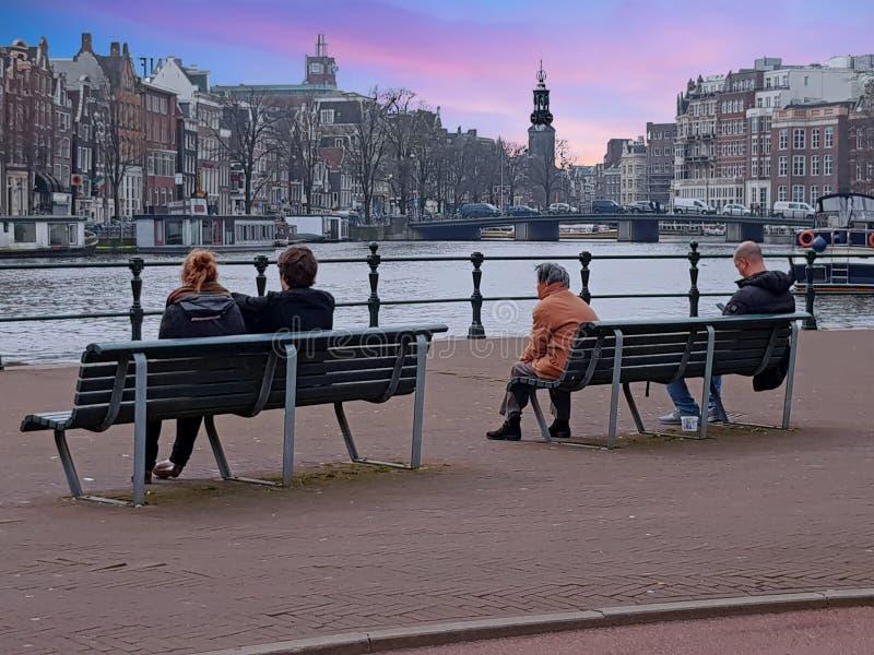 AMSTERDAM NEDERLÄNDERNA - APRIL 9, 2018: Turister håller ögonen på th royaltyfri fotografi