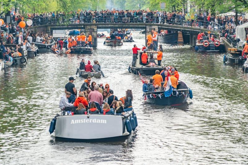 Amsterdam, Nederländerna, April 27 2018, turister och lokaler s royaltyfri fotografi