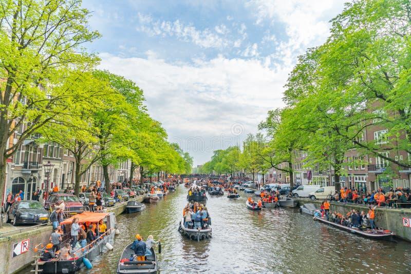 Amsterdam, Nederländerna, April 27 2018, turister och lokaler s royaltyfri bild