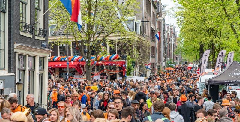 Amsterdam, Nederländerna, April 27 2018, turister och lokaler V royaltyfri fotografi