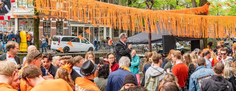 Amsterdam, Nederländerna, April 27 2018, turister och lokaler V royaltyfria foton