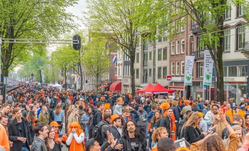 Amsterdam, Nederländerna, April 27 2018, turister och lokaler V royaltyfria bilder