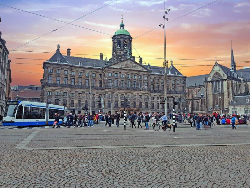AMSTERDAM NEDERLÄNDERNA - APRIL 9, 2018: Turister på fördämningsquaen fotografering för bildbyråer