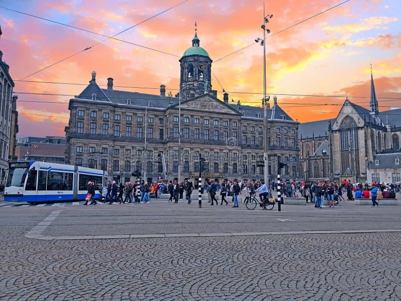 AMSTERDAM NEDERLÄNDERNA - APRIL 9, 2018: Turister på fördämningsquaen arkivfoton