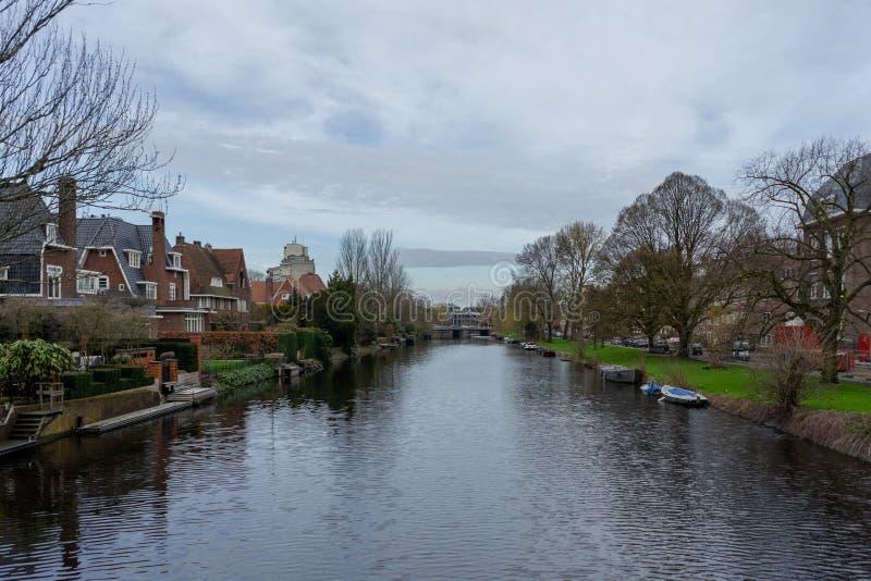 Amsterdam Nederländerna - April 6, 2018: Vattenkanaler på en ove royaltyfri fotografi