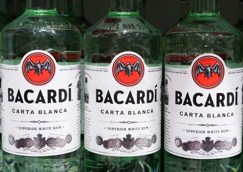 AMSTERDAM NEDERLÄNDERNA - JULI 18, 2018: Flaskor av Bacardi vit rom i tullfritt shoppar arkivfoton