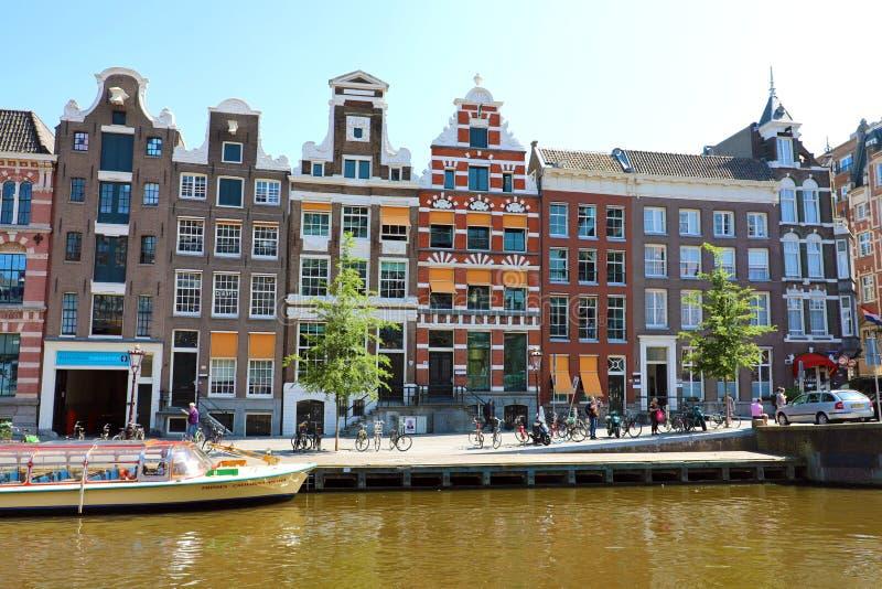 AMSTERDAM NEDERLÄNDERNA - JUNI 6, 2018: kanal i Amsterdam med hus på våren för stad för flodAmstel gränsmärke den gamla europeisk fotografering för bildbyråer