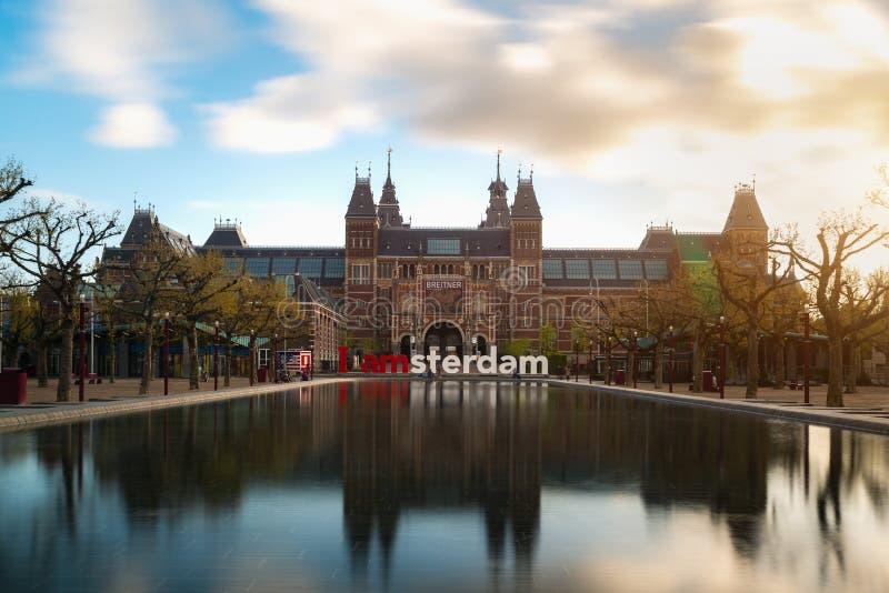 Amsterdam Nederländerna - Maj 3, 2016: Härliga tulpan framme av Rijksmuseum det nationella tillståndsmuseet, ett populärt tourist arkivbilder