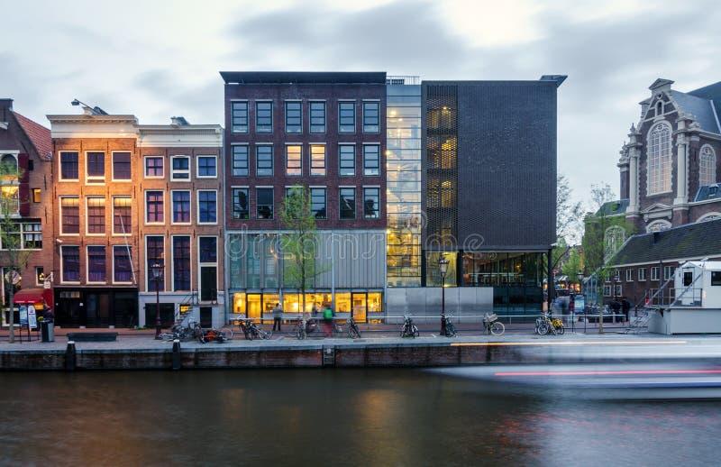 Amsterdam Nederländerna - Maj 7, 2015: Turist- besökAnne Frank hus och förintelsemuseum i Amsterdam royaltyfria bilder