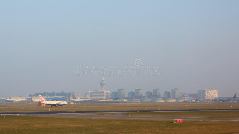 Amsterdam Nederländerna - mars 11, 2016: Amsterdam flygplats Schiphol i Nederländerna AMS är den huvudsakliga Nederländerna royaltyfria foton