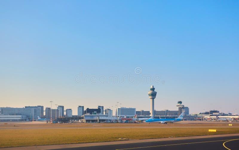 Amsterdam Nederländerna - mars 11, 2016: Amsterdam flygplats Schiphol i Nederländerna AMS är den huvudsakliga Nederländerna arkivfoto