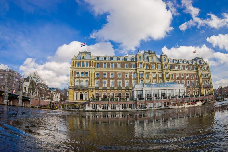 AMSTERDAM NEDERLÄNDERNA, MARS, 10 2018: Utomhus- sikt av det härliga historiska Amstel hotellet royaltyfri foto