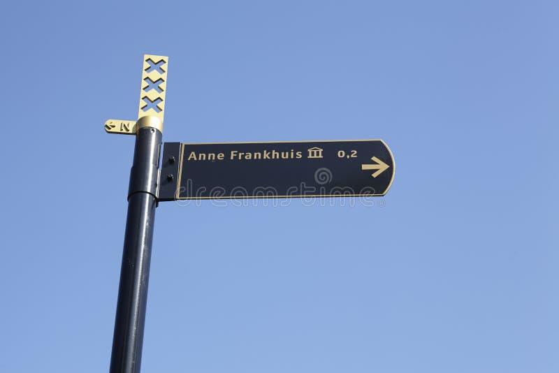 Amsterdam Nederländerna - Roadsign till Anne-öppenhjärtigen-Huis arkivbilder