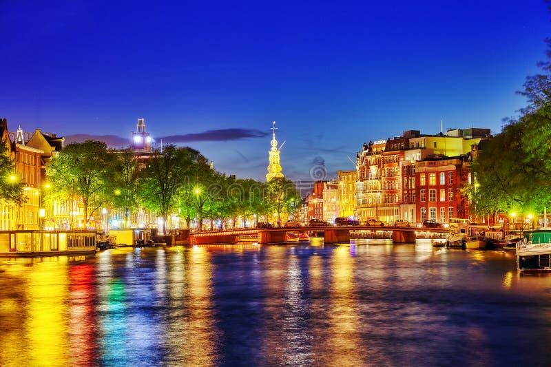 AMSTERDAM NEDERLÄNDERNA SEPTEMBER 16, 2015: Berömd Amstel flod royaltyfri bild