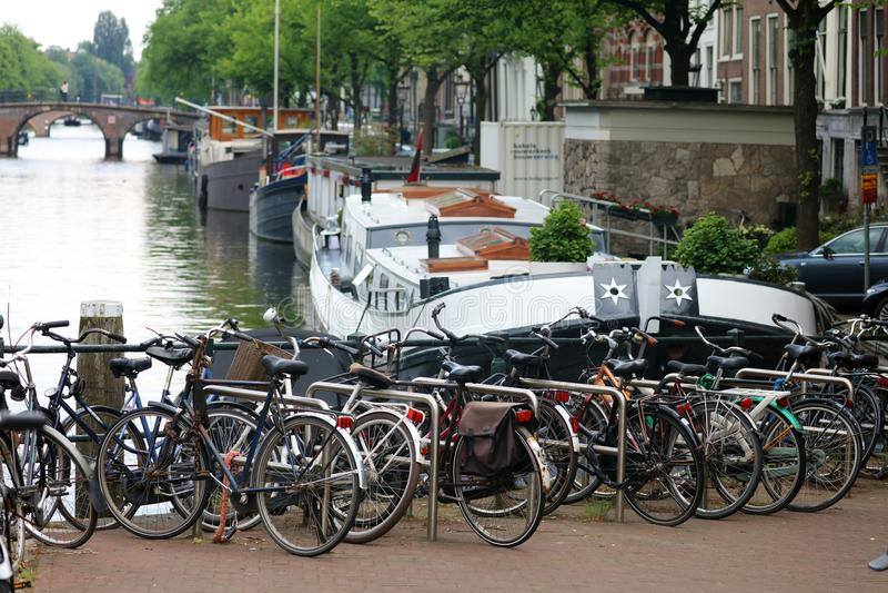 Amsterdam, Nederländerna, stadskanaler, fartyg, broar och gator Unik härlig och lös europeisk stad arkivfoton