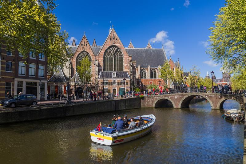 AMSTERDAM NEDERLAND - 25 APRIL, 2017: Centraal district op 25 April, 2017 in Amsterdam Nederland royalty-vrije stock foto's