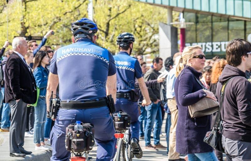 Amsterdam, Nederland - April 31, 2017: De handhaving politieafdeling die een blik in de straten van de stad hebben royalty-vrije stock foto's