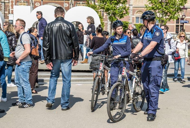 Amsterdam, Nederland - April 31, 2017: De handhaving politieafdeling die een blik in de straten van de stad hebben royalty-vrije stock foto