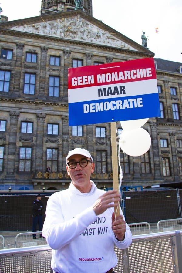 AMSTERDAM, NEDERLAND - APRIL 30: De mens toont op D aan stock fotografie