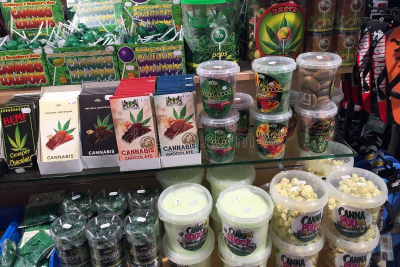 AMSTERDAM/NEDERLAND - April, 2017: Het venster van een koffiewinkel toont een reusachtige verscheidenheid van cannabisproducten i stock afbeelding