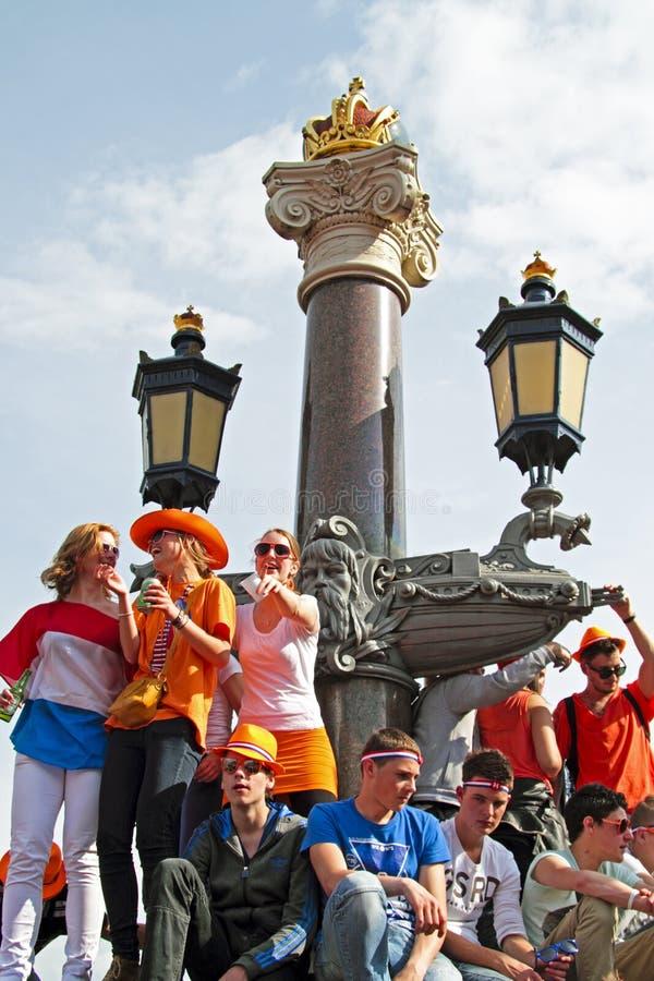 AMSTERDAM, NEDERLAND - APRIL 30: Mensen in het oranje vieren royalty-vrije stock afbeeldingen