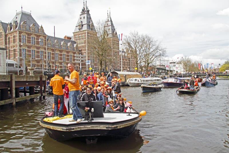 AMSTERDAM, NEDERLAND - APRIL 30: Mensen in het oranje vieren royalty-vrije stock afbeelding