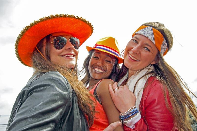 AMSTERDAM, NEDERLAND - APRIL 30: Mensen in het oranje vieren stock afbeelding