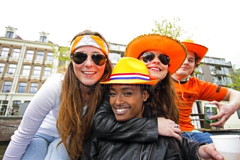 AMSTERDAM, NEDERLAND - APRIL 30: Mensen in het oranje vieren stock afbeeldingen