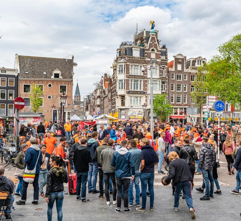 Amsterdam, Nederland, 27 April 2018, Toeristen en plaatselijke bewoners v stock foto's