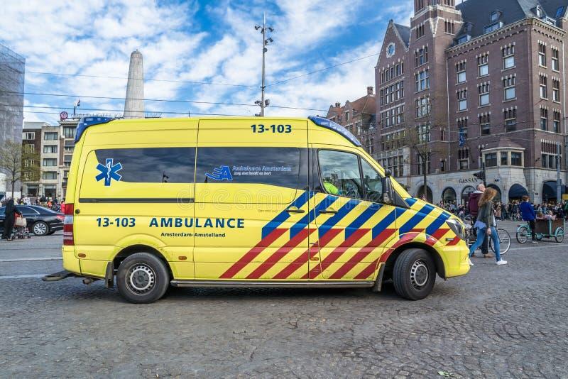 Amsterdam, Nederland - April 31, 2017: Ziekenwagen en politie die klaar voor het emergancygeval worden stock fotografie
