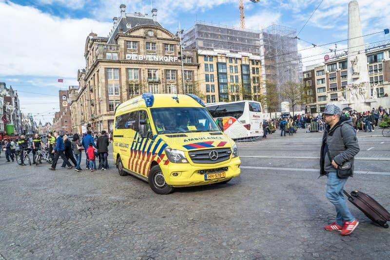 Amsterdam, Nederland - April 31, 2017: Ziekenwagen en politie die klaar voor het emergancygeval worden royalty-vrije stock fotografie