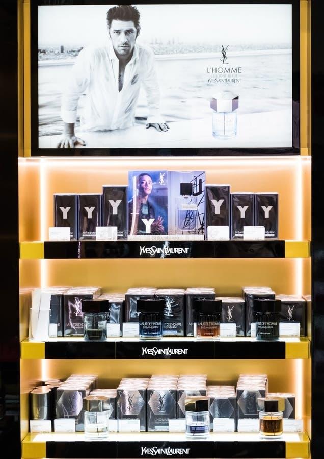 AMSTERDAM, NEDERLAND - JULI 18, 2018: Yves Saint Laurent-de tribune van het frangranceparfum in winkelend centrum stock fotografie