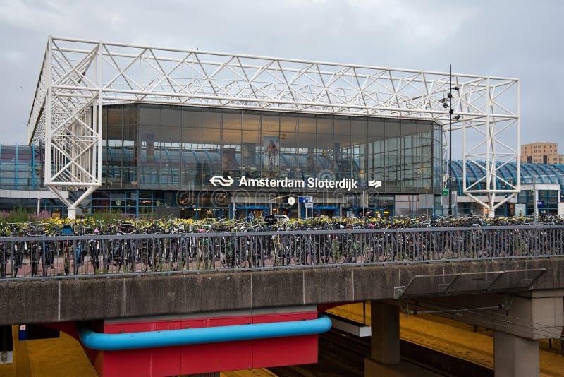 AMSTERDAM, NEDERLAND - JUNI 25, 2017: De Post van Amsterdam Sloterdijk met fietsen die op de voorgrond parkeren stock fotografie