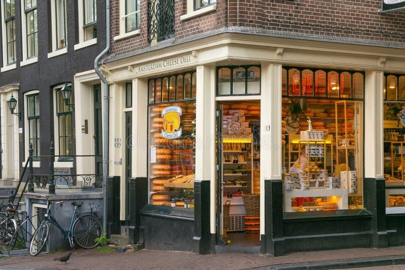 AMSTERDAM, NEDERLAND - JUNI 25, 2017: Ingang aan de winkel van de Kaasdelicatessenwinkel op de straat van Oudezijds Voorburgwal stock foto
