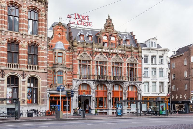 AMSTERDAM, NEDERLAND - JUNI 25, 2017: Mening van de historische bouw van het Matrijzenport van Cleve hotel in centrum van Amsterd stock fotografie