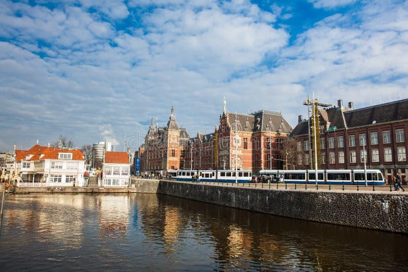 AMSTERDAM, NEDERLAND - MAART, 2018: Kanalen, centrale spoorweg st stock afbeelding