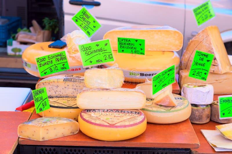 Amsterdam, Nederland - mag, 2018: Straatmarktkraam met kaas op de markt in Amsterdam, Nederland royalty-vrije stock foto