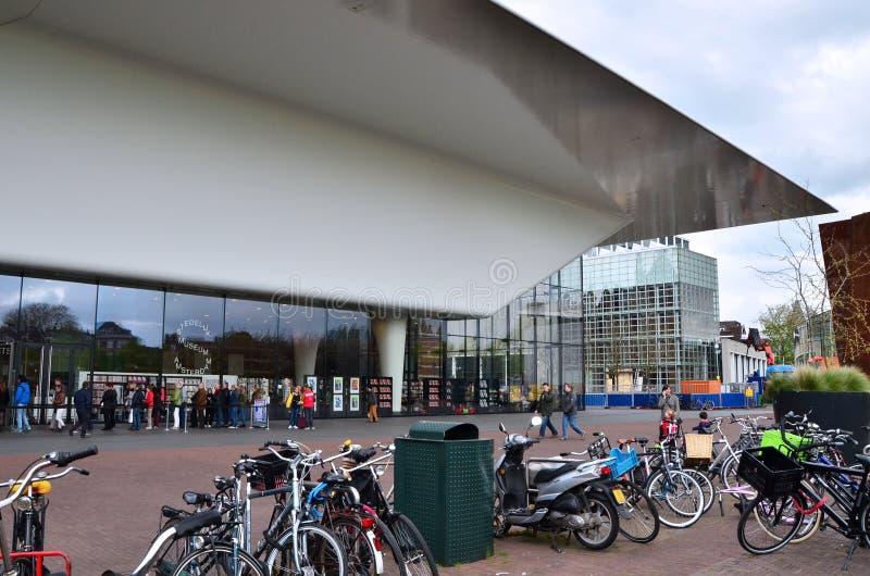 Amsterdam, Nederland - Mei 6, 2015: De mensen bezoeken Stedelijk-Museum in Amsterdam royalty-vrije stock foto
