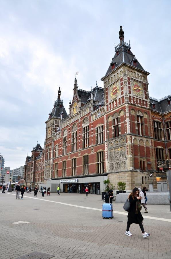 Amsterdam, Nederland - Mei 7, 2015: Mensen bij het Centrale Station van Amsterdam stock foto's