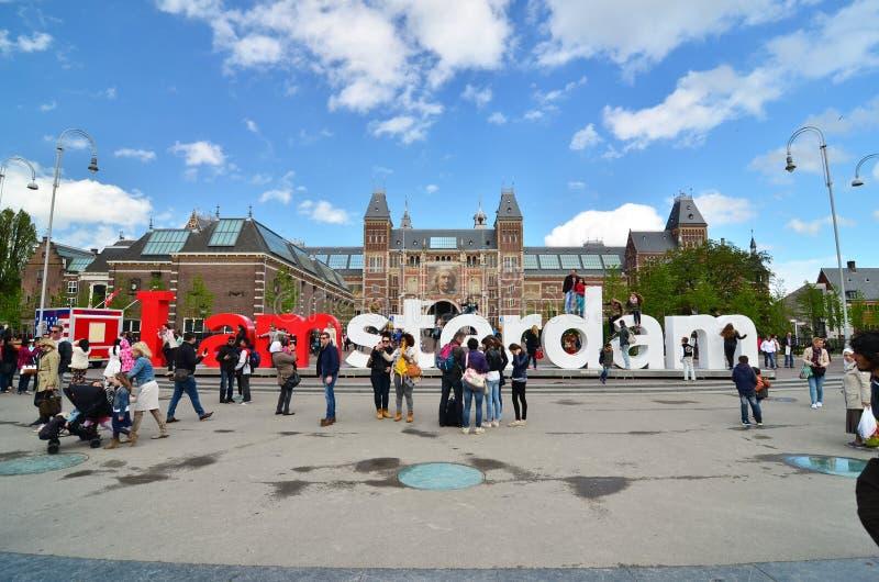 Amsterdam, Nederland - Mei 6, 2015: Toeristen bij beroemd teken I Amsterdam in Rijksmuseum stock afbeelding