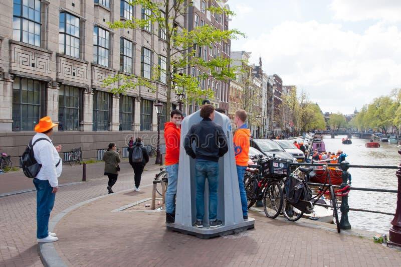 AMSTERDAM NETHERLANDS-APRIL 27: Offentlig pissoar också som är bekant som Krul på April 27,2015 i Amsterdam royaltyfri fotografi