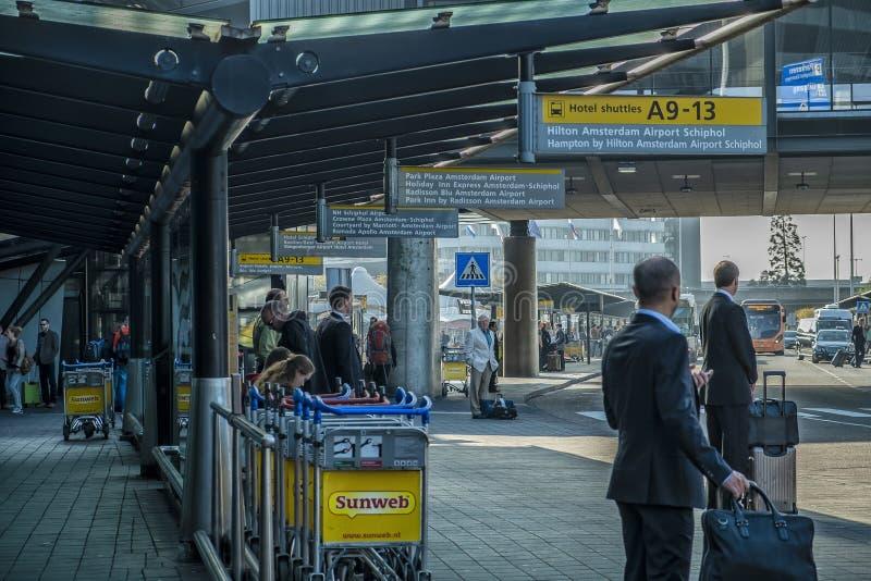 AMSTERDAM/NETHERLANDS 12 DE SEPTIEMBRE DE 2014 - transporte que espera de la gente para en el aeropuerto de Schiphol fotografía de archivo libre de regalías